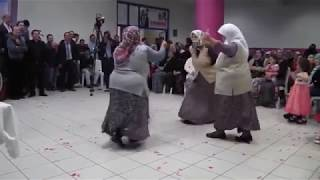 Turkish wedding: impossible to stop the granny who dances