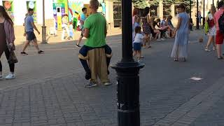 смешные штаны у парнишки