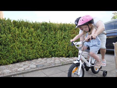 Chloe lär sig att cykla!!!!