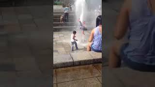 Ребёнка подбросило фонтаном