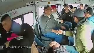 Captan en vivo asalto y extorsión en combi de Neza