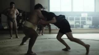 Sumo féminin universitaire : publicité pour les chariots élévateurs Toyota