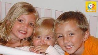 Les parents serrent leurs 3 enfants morts sur leurs genoux.