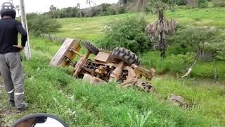 Operador de retroescavadeira sai ileso após capotamento de máquina em Limoeiro do Norte