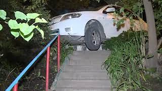 Седан повис на бетонной лестнице во дворе дома по улице Калинина