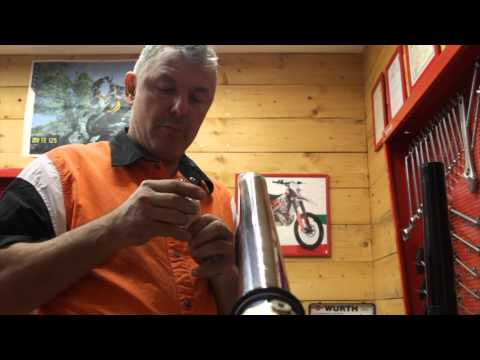 Oil change in Enduro WP forks - with Dimitris Heliotis