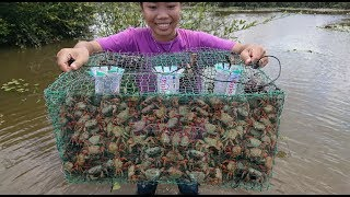 Smart Girl Make Crab Trap Using Wire Netting Cage To Catch A Lot Of Crab