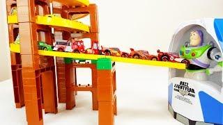 トイ・ストーリー バズ・ライトイヤーの中にディズニー カーズのマックイーンがすぽすぽ入って行くよ!4色のカラフルなマックイーンが登場!
