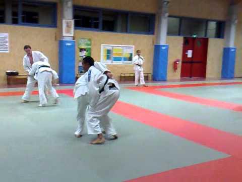 56486ca2b550 combat tranquille de ceinture noire de judo contre une ceinture blanche