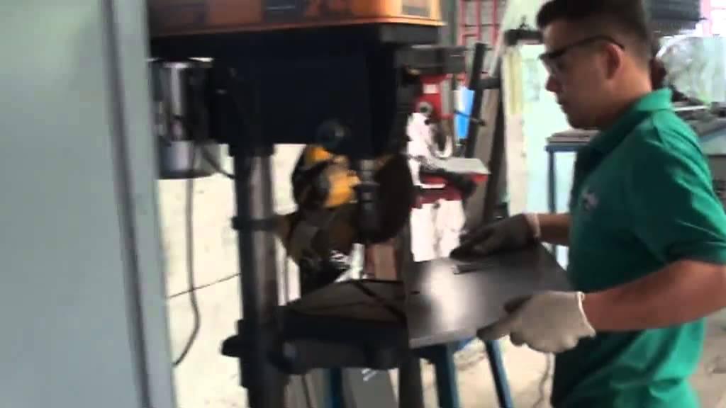 Perforando el agujero de la cerradura youtube for Perchas para puertas sin agujeros
