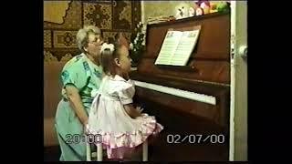 Лемешкина Анна. 3 года 7 месяцев. Игра с аккомпанементом квинтами (фрагмент урока, 200 год)