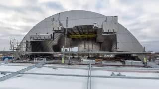 Tchernobyl : l'enceinte de confinement du réacteur prend place