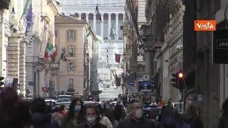 Via del Corso a Roma affollata nell'ultimo giorno di zona gialla per il Lazio