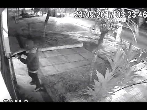 Veja momento em que bandidos explodem caixas eletrônicos em São Roque e Van é atingida
