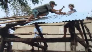 Gia đình Ve chai cùng Hướng Đạo Sinh Huế làm nhà sau cơn bão tại Huế và Đà Nẵng 2006