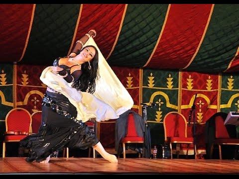 فيديو يستحق المشاهدة: رجل يتحدى راقصة محترفة في الرقص الشرقي. thumbnail