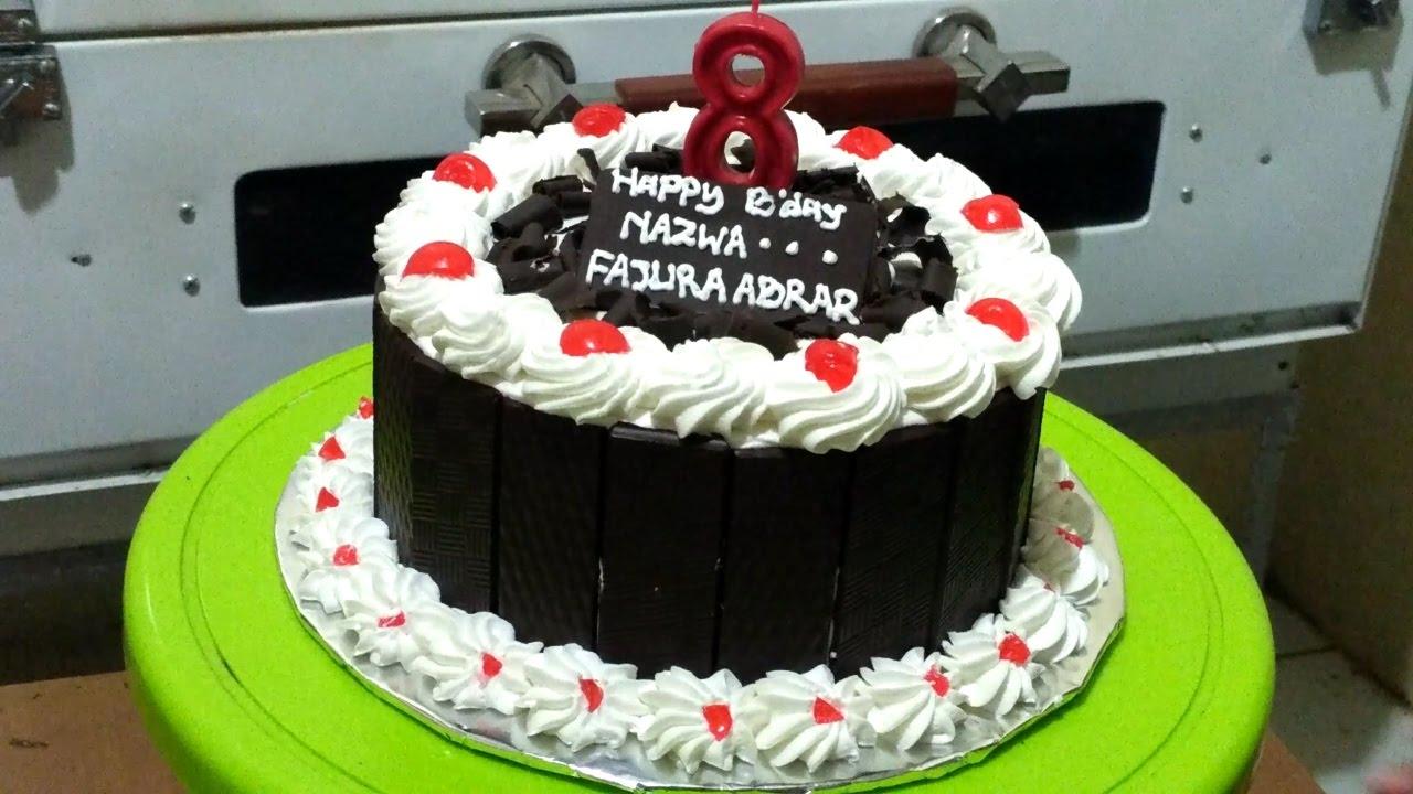 Menghias Kue Tart Blackforest Dengan Coklat Pagar Dan Serut