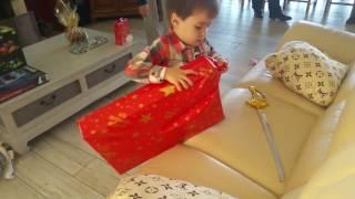День Рождения племянника, 4 года. Открывает подарки)))