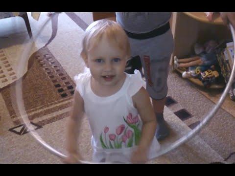 Алиса в гостях у Саши и Кати учится крутить обруч, детская игра