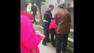 10月26日上午,重庆市巴南区一幼儿园发生砍人事件。目前已有师生10余人受伤。警方称已将39岁的行凶者刘某控制。伤人原因目前尚在了解中。