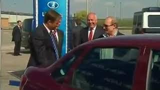 Путин пытается открыть багажник на Lada Granta