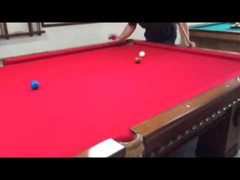 Partida de sinuca trancada na regra brasileira sem a bola branca tocar nas tabelas.