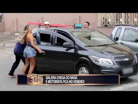 Galera Invade Carro Com Ajuda De Ambulante E Irrita Motoristas
