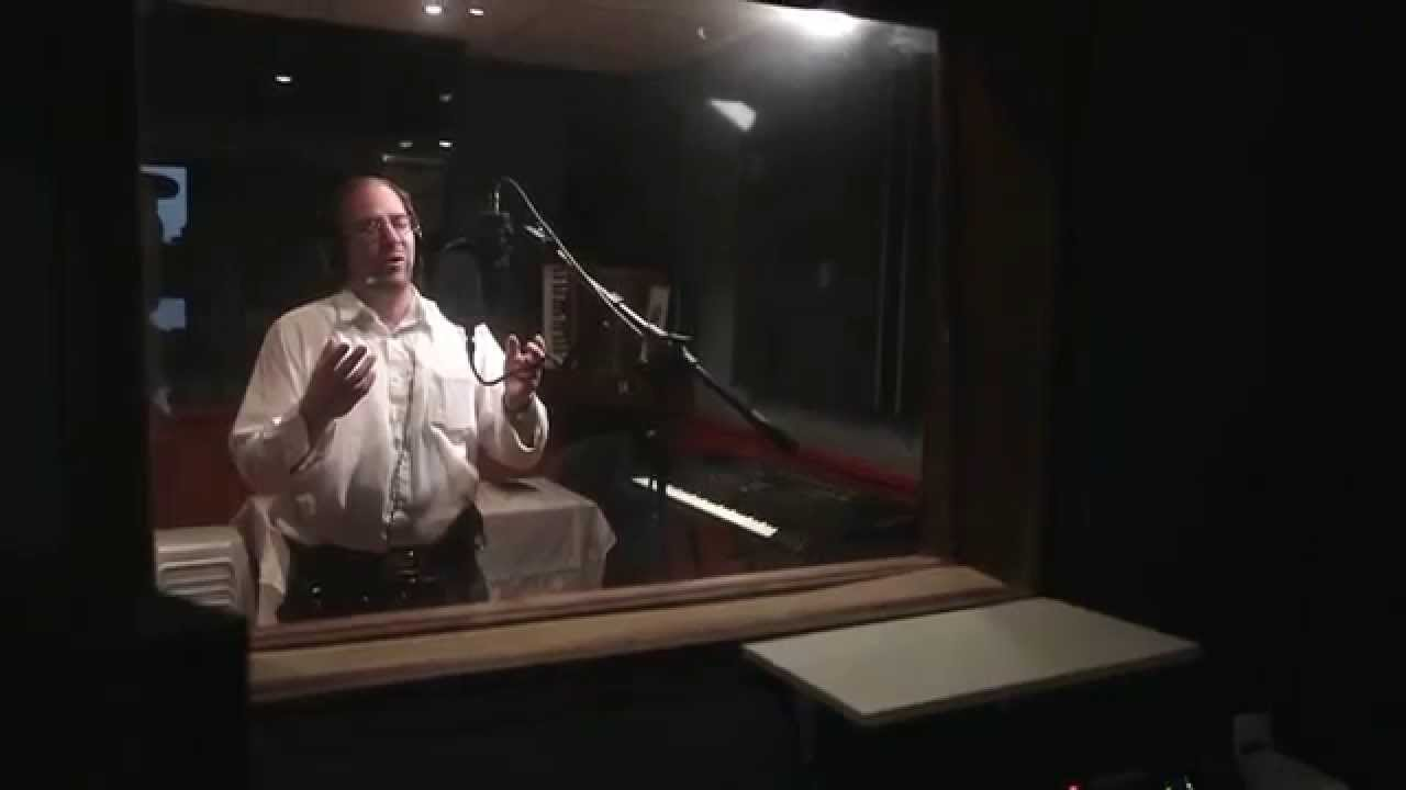 החזן שלמה גליק מוזנק לאירוע חירום באמצע הקלטות באולפן