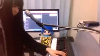 Японка играет на пианино поет Хацуми Мику