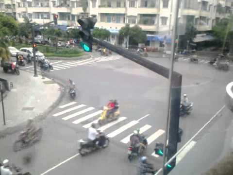 Đèn giao thông bị hư.