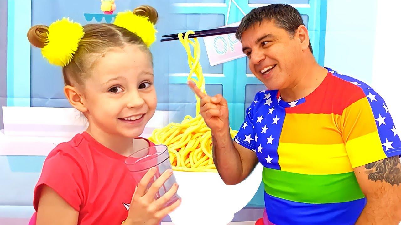 Nastya ve baba renkli erişte hazırlıyor