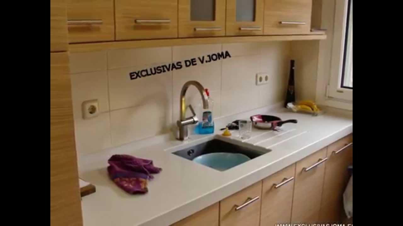 Muebles de cocina en color roble texturizado y encimera de - Colores de granito para encimeras de cocina ...