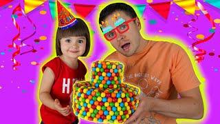 Арина готовит сюрприз папе на день рождения | Торт из разноцветных жвачек