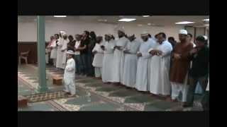 Маленький мальчик в намазе читает Коран..