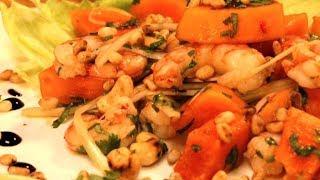 Салат по-тайски из папайи с креветками.