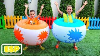 Vlad y Niki jugar al aire libre juegos y juguetes y divertirse con mamá