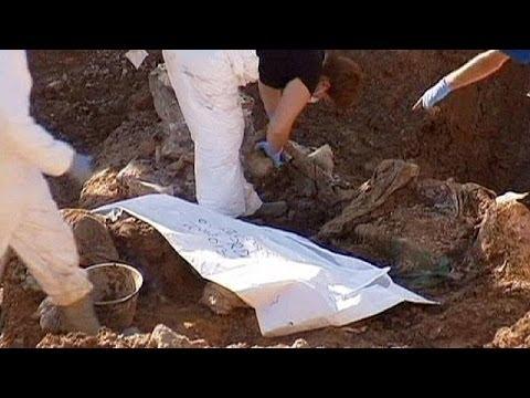 bosnien hunderte leichen aus massengrab exhumiert youtube. Black Bedroom Furniture Sets. Home Design Ideas