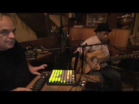 Ifarakely - Charles Kely Zana-Rotsy (guitare-chant), Marc Chemillier (ordinateur)