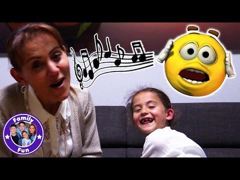 SING A  SONG BATTLE | Peinliche CHALLENGE | Ein Lied mit einem Wort | FAMILY FUN