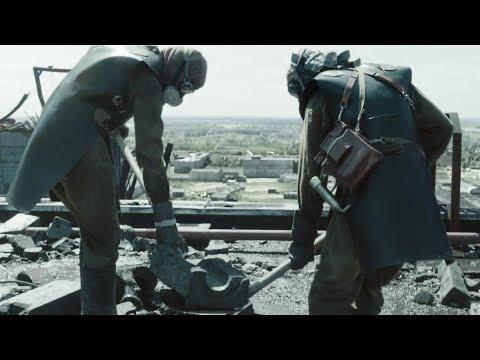 Добровольцы сбрасывают куски графита с крыши. Чернобыль/Chernobyl (2019). 4 серия