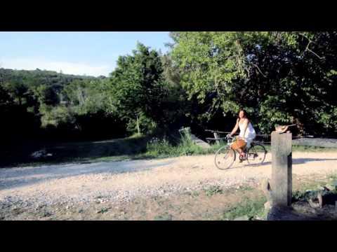 ZLATKO PEJAKOVIĆ - TKO TI SPAVA S DESNE STRANE (OFFICIAL VIDEO)