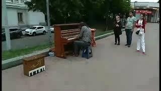 Пианист Киев, до мурашек напомнил фильм