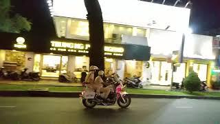 Vì sao 2 chiếc moto hụ còi? CSGT ra dấu hiệu gì? - Why did 2 police motorcycles turn on siren?