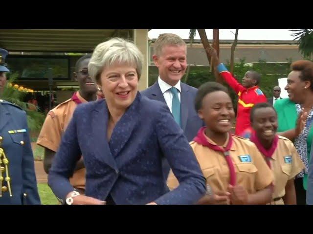Theresa May, i balli della prima ministra dal Regno Unito all'Africa