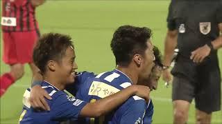 左から低いクロスが入り、PA内で相手選手とうまく入れ替わった阪野 豊史...