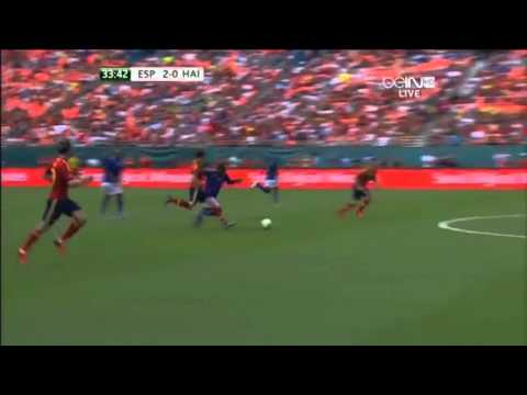 Football Fail: Javi Martinez (Spain) And Jeff Louis (Haiti) Cleats Get Tangled (June 8th 2013)