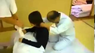 2 японца делают девушке массаж  Жесть !