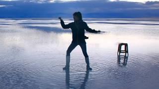 ウユニ塩湖で踊るアイゴミタ.