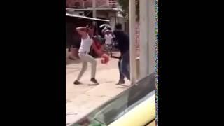 Pelea de dos hombres con machetes en el barrio Las Malvinas en #SantaMarta #NoHayDerecho