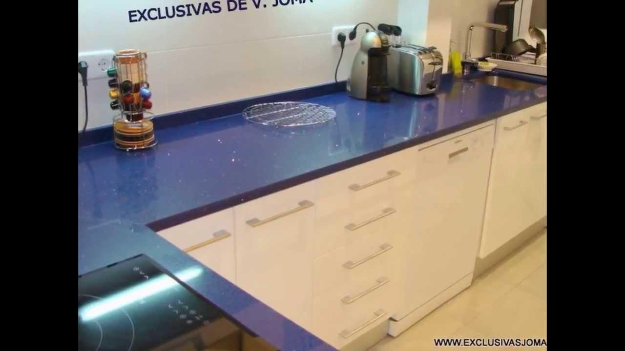 Muebles de cocina blanco alto brillo encimera de Silestone azul ...